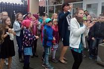 Zpráva z Ostravy, kde dnes odvolací soud rozhodl o tom, že výpověď, kterou dostala učitelka Vanda Fabianová za dohled při mytí prvňáčků na škole v přírodě, je skutečně neplatná, vyvolala obrovskou radost v Základní škole Doloplazy. Tam poskytli Fabianové