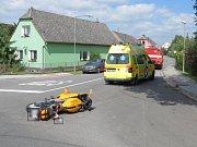 Auto se v Dlouhé Loučce srazilo s motorkou, dva zranění.