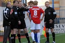 Rozhodčí Jiří Jech (třetí zleva) měl podle olomoucké Sigmy odpískat dvě penalty.