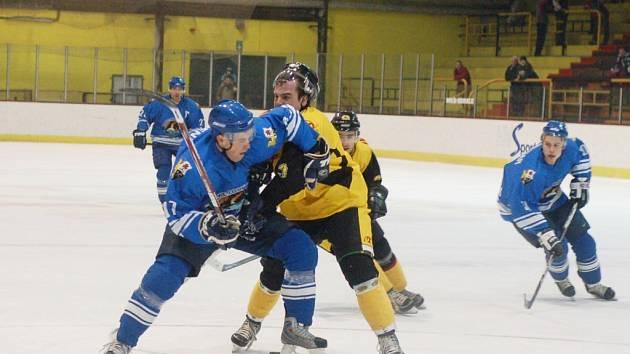 Michal Šimek (žlutý dres) se pokouší zastavit útočníka z Orlové