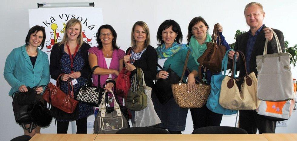 Přes dvacet kabelek nasbírali zaměstnanci Moravské vysoké školy Olomouc. Sešly se tašky různých forem i barev