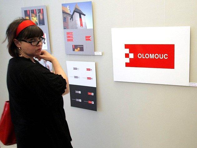 Nové logo Olomouce na výstavě soutěžních návrhů v Muzeu umění.