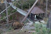 Následky vichru z 10. na 11. 3. 2019 v olomoucké zoo. Lávka ve výběhu makaků