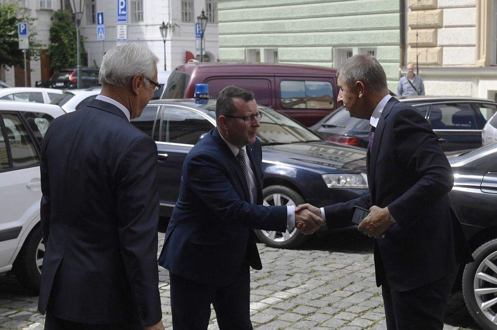 Premiér nově jmenované vlády Andrej Babiš (vpravo) uvedl 27. června 2018 v Praze do úřadu nového ministra kultury Antonína Staňka (uprostřed). Vlevo je bývalý šéf resortu Ilja Šmíd.