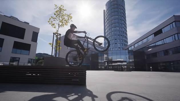 Olomoucký biketrialista Damjan Sirišky natočil parádní video, na kterém projíždí svým domovským městem.