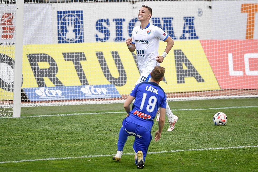 Utkání 29. kola první fotbalové ligy: Sigma Olomouc - Baník Ostrava, 24. dubna 2021 v Olomouci. (střed) Filip Kaloč z Ostravy oslavuje gól.