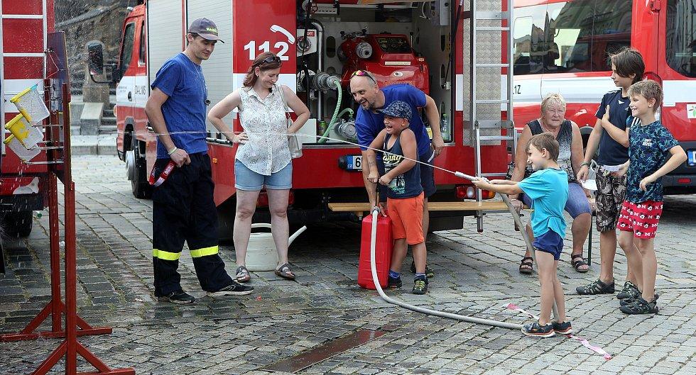 Tradiční loučení s prázdninami na Horním náměstí v Olomouci za asistence dobrovolných hasičů.