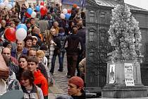 Oslavy 30. výročí sametové revoluce nabídnou zábavný program na Palachově náměstí. Vpravo příprava na odlet tehdejší dominanty náměstí sousoší Stalina a Lenina do teplých krajin. Vlevo snímek ze sametového happeningu v Olomouci v roce 2009