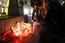 Uctít památku zavražděného slovenského novináře Jána Kuciaka a jeho přítelkyně přišly v Olomouci ke Sloupu Nejsvětější Trojice desítky lidí. Shromáždění probíhalo v tichosti, Olomoučané pokládali k fotografii sedmadvacetiletého novináře zapálené svíčky.