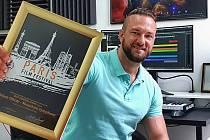 Rožnovský skladatel Adam Uličný s oceněním pro nejlepší originální dílo, které získal se svou autorskou skladbou Mountain Symphony na filmovém festivalu v Paříži.