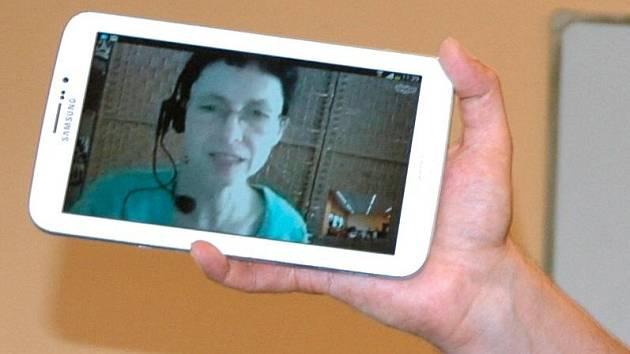 Tablet usnadňující neslyšícímu komunikaci se zdravotníky. Ilustrační foto