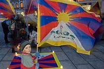 Svíčky pro Tibet na olomouckém Horním náměstí. Ilustrační foto