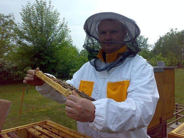 Včelař při práci