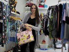 Do Kabelkového veletrhu Olomouckého deníku přispěla větší kabelkou i módní návrhářka Marta Musilová