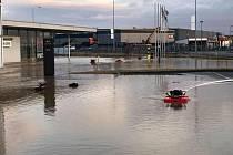 Voda z polí vyplavila autosalon v olomoucké části Holice