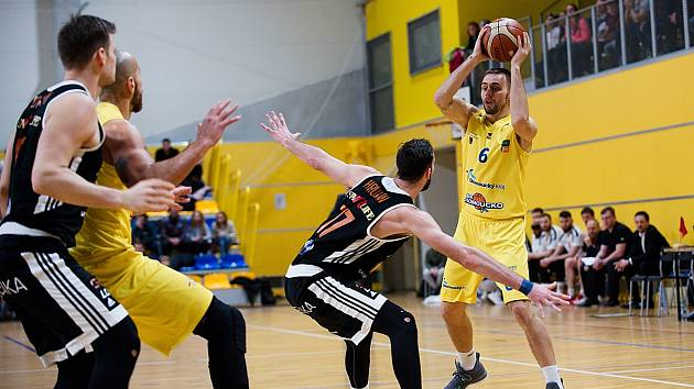 Marek Sehnal (s míčem)