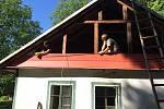 Chatu Justýnu rekonstruují dva skauti s pomocí přátel od května 2017.