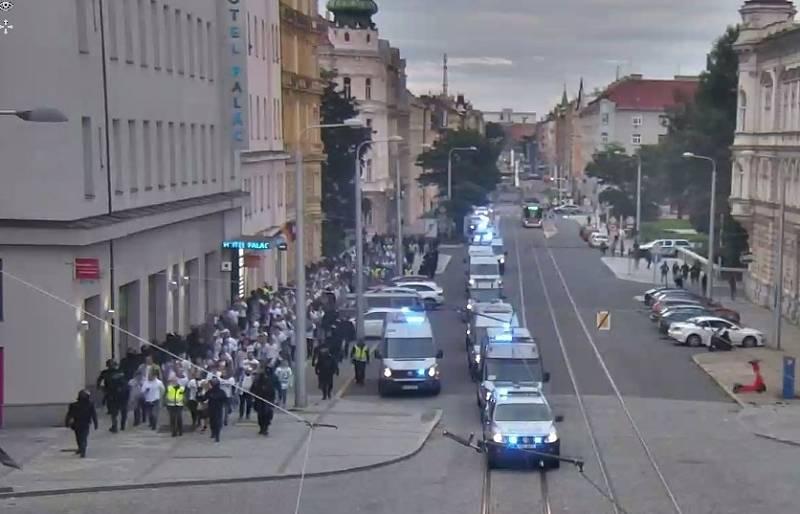 Policisté doprovázejí fanoušky Baníku od olomouckého nádraží na Andrův stadion, 17. září 2021