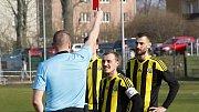 Fotbalisté Nových Sadů (ve žluto-černém) podlehli Rosicím 1:4. Milan Novotný dostává červenou kartu.