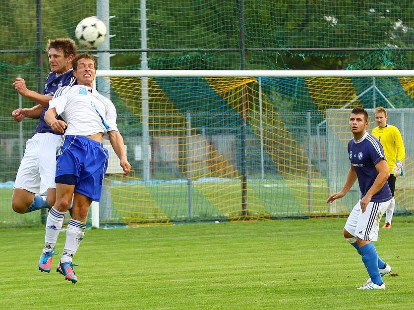 Fotbalisté Šternberka (v bílých trikách) proti Troubkám