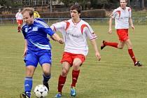 Fotbalisté Šternberka (v modrém) proti Želatovicím