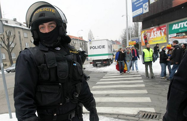 Policie před Androvým stadionem v Olomouci