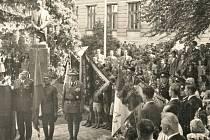 PŘED GYMNÁZIEM. Odhalení sochy Tomáše Garrigua Masaryka 9. května 1948.