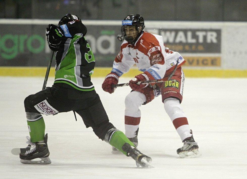 Olomoučtí hokejisté (v bílém) podlehli Mladé Boleslavi 2:4. Jakub Galvas (vpravo).