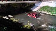 Řidička sjela s autem do potoka v Bezručových sadech v Olomouci