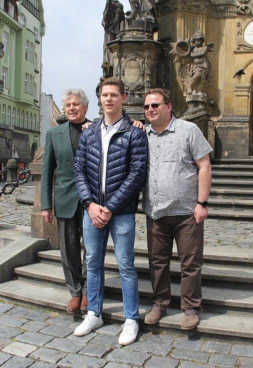 Olomoucký kordista Jakub Jurka (uprostřed) se kvalifikoval na olympijské hry v Tokiu. Navázal tak pod vedením svého otce a trenéra Tomáše (vpravo), na dědečka Jaroslava Jurku (vlevo), účastníka OH 1976 a 1980.