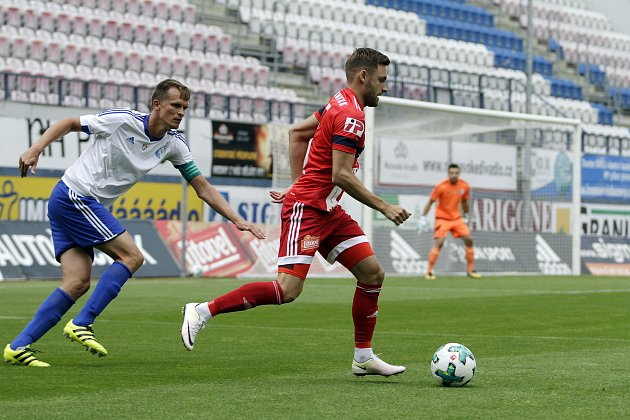 Olomoučtí fotbalisté (v červeném) porazili v přípravě druholigový Šamorín 3:0Lukáš Buchvaldek (v červeném)