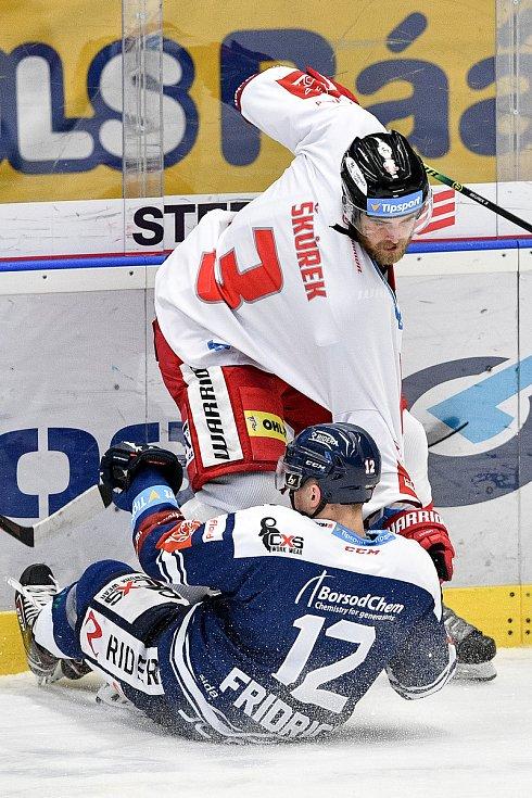 Utkání 38. kola hokejové extraligy: HC Vítkovice Ridera - HC Olomouc, 22. Ledna 2021 v Ostravě. (zleva) David Škůrek z Olomouce a Petr Fridrich z Vítkovic.