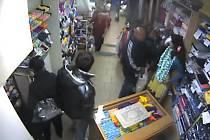 Zloději při rabování v jednom z olomouckých obchodů