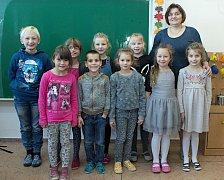 Žáci první třídy ZŠ a MŠ Jívová s paní učitelkou Žanetou Fryčákovou