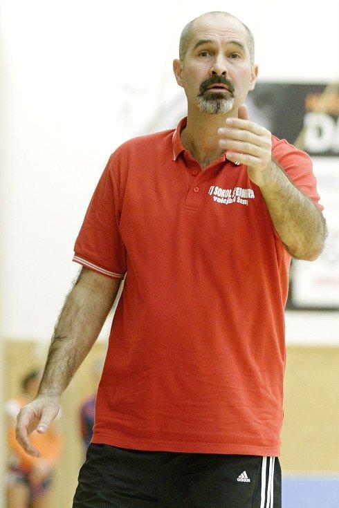 Martin Hroch jako trenér šternberských volejbalistek v roce 2017