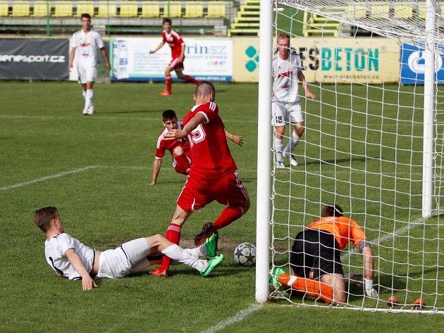 Fotbalisté Holice (v bílém) proti Uničovu