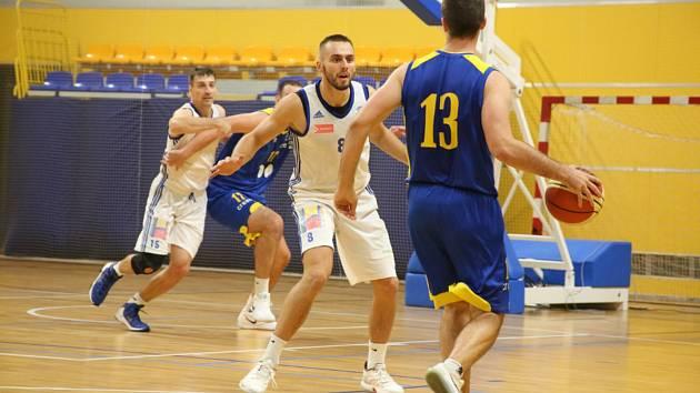 Basketbal Olomouc (v bílém) porazil Zlín 85:79.