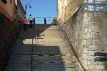 Schody z Blažejského náměstí do opravy chrání konstrukce z trubek
