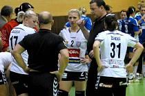 Lavička Zory: Tereza Kubáčková, Veronika Hejtmánková, trenér Libor Malínek, Michaela Ždánská