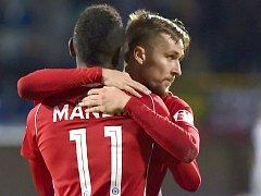 Střelec vítězného gólu Sigmy v Jihlavě David Houska (vpravo) se raduje s Bidjem Manziou (vlevo) .