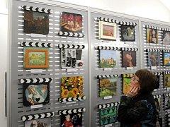 Filmové klapky zpracované výtvarníky vystavuje Galerie Bohéma v Olomouci.