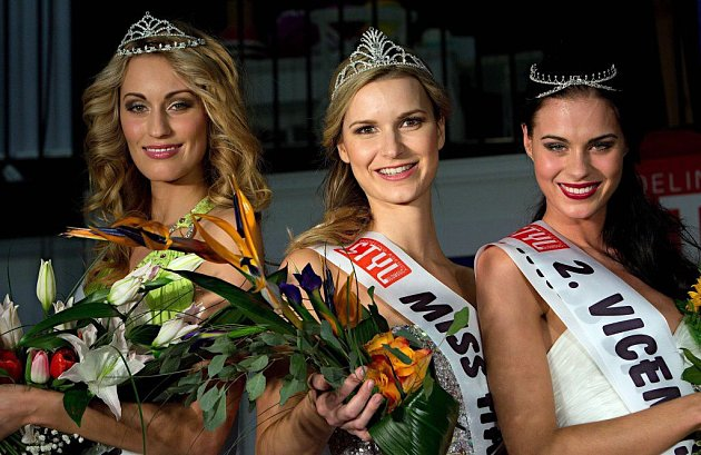 Zleva 1.vicemiss Kristýna Štolpová, Miss Haná 2015Monika Foltýnová a 2.vicemiss Aneta Karasová