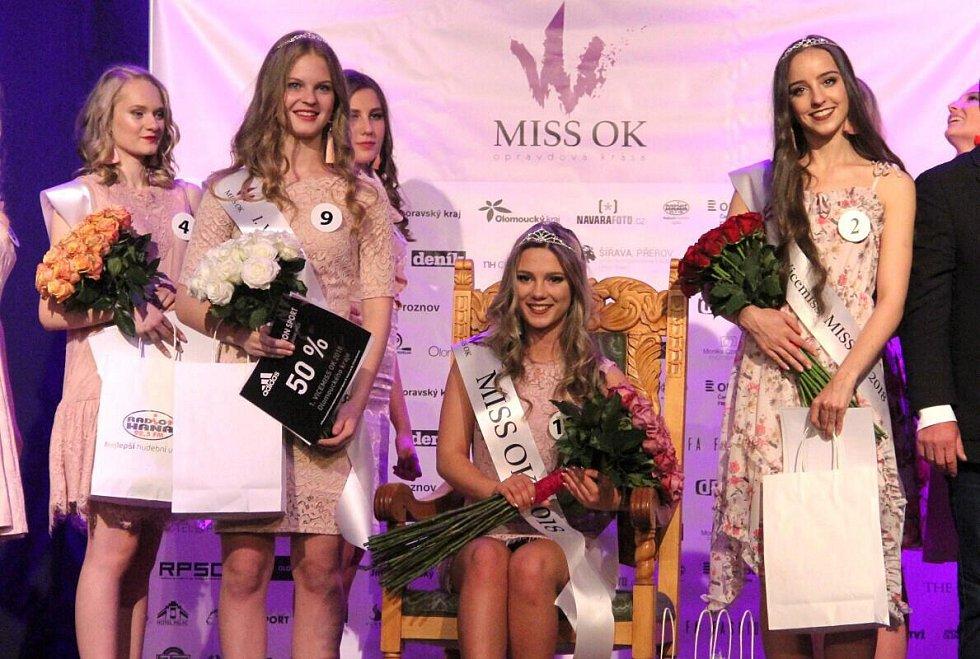 Šestnáctiletá Nelly Urbánková (uprostřed) z Gymnázia Čajkovského v Olomouci se stala olomouckou MissOK 2018