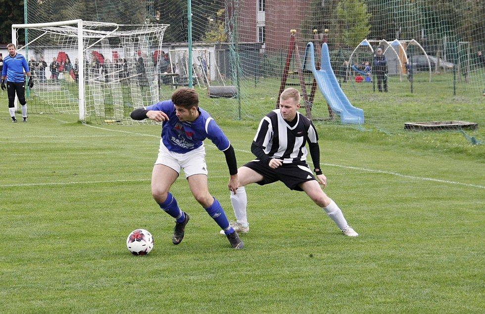 Fotbalisté Sigmy Hodolany (v bílo-černém) porazili Přáslavice 6:1.