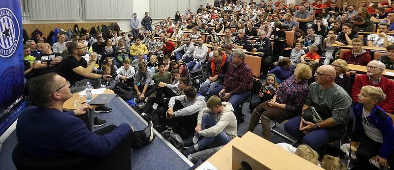 Plná aula FTK UP sledovala besedu bývalého fotbalového reprezentanta Davida Rozehnala.