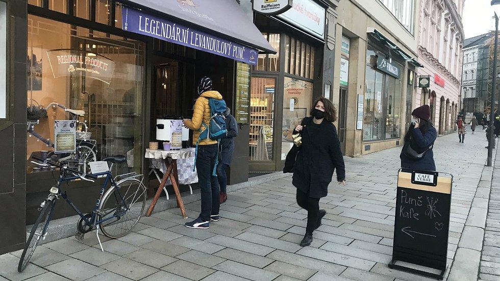 Prodej punče v ulicích Olomouce, 20. listopadu 2020