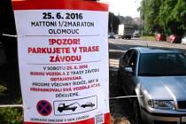 Cedule po Olomouci již několk dní upozorňují na ulice, kde v době Olomouckého půlmaratonu nesmí stát žádné auto.