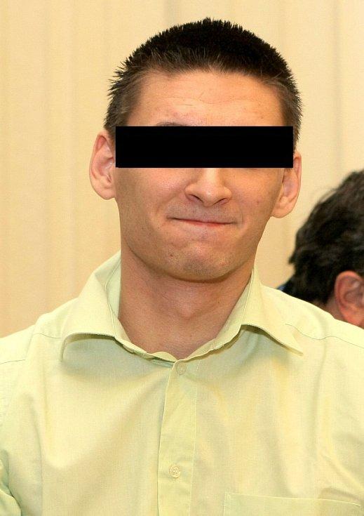 Muž, který měl údajně přepadnou Petru Kvitovou, u brněnského soudu v roce 2012 - ten jej potrestal 7,5 roky vězení za násilné loupeže na seniorech