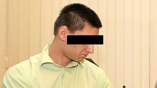 Muž, který měl přepadnou Petru Kvitovou, u brněnského soudu v roce 2012 - ten jej potrestal 7,5 roky vězení za násilné loupeže na seniorech