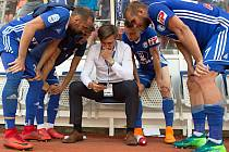 Fotbalisté Sigmy s vedoucím mužstva Alešem Škerlem sledují výsledky posledního prvoligového kola
